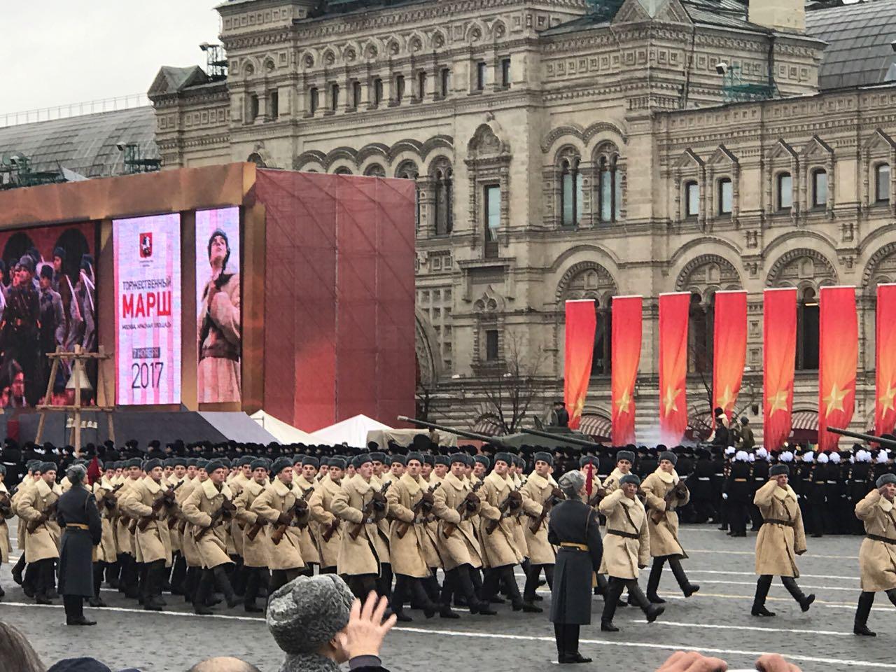 Движении жизнь, открытки 7 ноября параду на красной площади