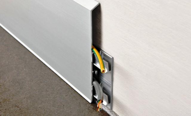 кабель под плинтусом