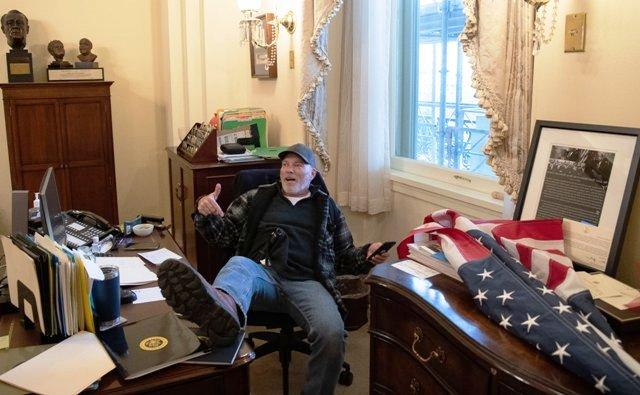 протестующий в кабинете