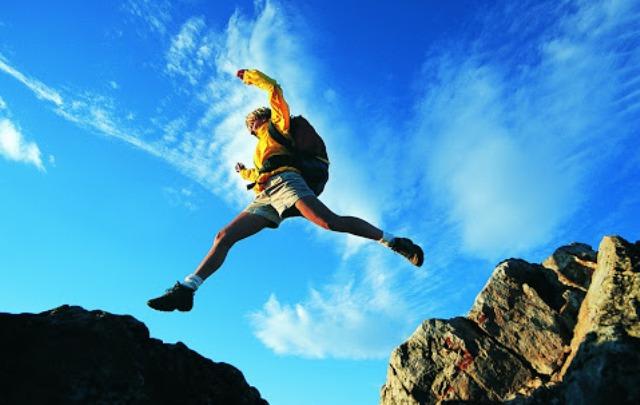 прыжок через камень