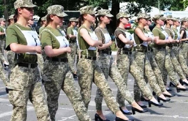 женщины-кадеты на плацу