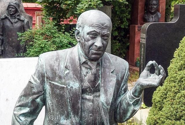 памятник артисту на кладбище